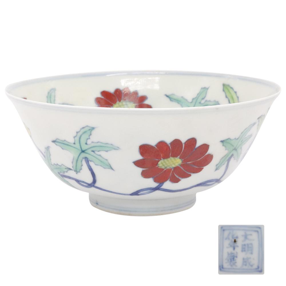 大明成化年制款斗彩缠枝花卉纹碗