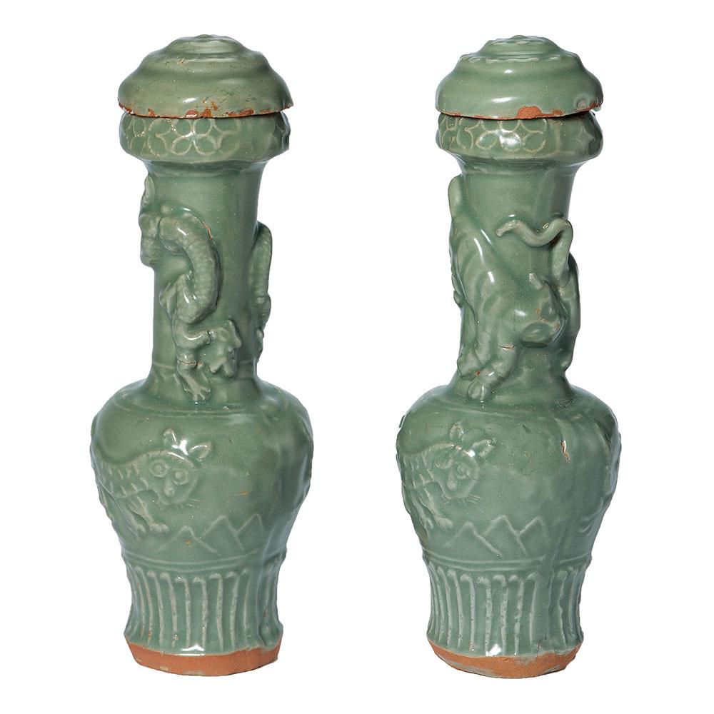 龙泉窑青釉贴花龙纹瑞兽纹瓶